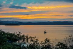 Puesta del sol en el lago, presa de Kaeng Krachan, turbina del agua de Chaipattana Imagenes de archivo