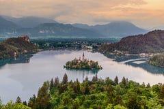 Puesta del sol en el lago sangrado en Eslovenia Foto de archivo