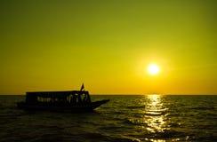 Puesta del sol en el lago sap de Tonle Foto de archivo libre de regalías