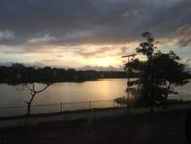 Puesta del sol en el lago Sri Lanka parliament foto de archivo libre de regalías