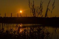 Puesta del sol en el lago tarde imágenes de archivo libres de regalías