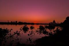 Puesta del sol en el lago Taungthaman Foto de archivo libre de regalías
