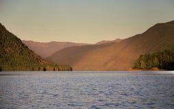 Puesta del sol en el lago Teletskoye Foto de archivo libre de regalías