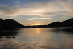 Puesta del sol en el lago Teletskoye El territorio de Altai Fotos de archivo libres de regalías