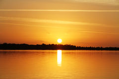 Puesta del sol en el lago - tiempo de verano Imagenes de archivo
