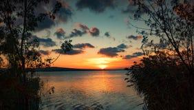 Puesta del sol en el lago Vaya, Bulgaria Foto de archivo