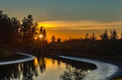 Puesta del sol en el lanzamiento del barco en el parque de la roca del gallo en Oregon Fotografía de archivo libre de regalías