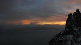Puesta del sol en el lapso de tiempo oscuro de las montañas
