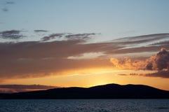 Puesta del sol en el mar. Imagenes de archivo