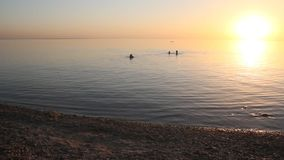Puesta del sol en el mar metrajes