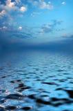 Puesta del sol en el mar. Foto de archivo libre de regalías