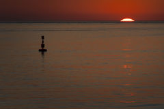 Puesta del sol en el mar imagenes de archivo