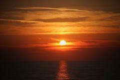 Puesta del sol en el mar Fotos de archivo
