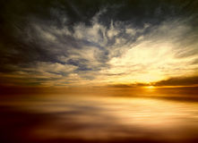 Puesta del sol en el mar abierto Fotos de archivo libres de regalías