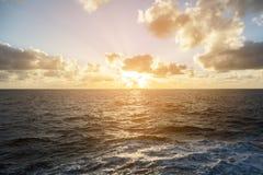 Puesta del sol en el mar abierto Foto de archivo