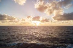 Puesta del sol en el mar abierto Imagenes de archivo