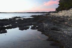Puesta del sol en el mar adriático Croacia, Istria, Verudela Foto de archivo libre de regalías