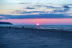 Puesta del sol en el mar Báltico en Rostock, Alemania imagen de archivo