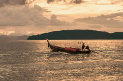 Puesta del sol en el mar, barco de pesca Imagen de archivo libre de regalías