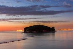 Puesta del sol en el mar con el cielo hermoso Foto de archivo libre de regalías