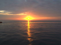 Puesta del sol en el mar con la plataforma petrolera - timelapse almacen de metraje de vídeo