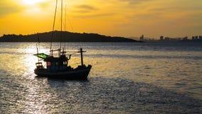 Puesta del sol en el mar con las siluetas Fotografía de archivo