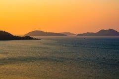 Puesta del sol en el mar de Andaman imagenes de archivo