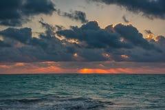 Puesta del sol en el mar del Caribe Foto de archivo libre de regalías