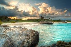 Puesta del sol en el mar del Caribe en México Fotos de archivo libres de regalías