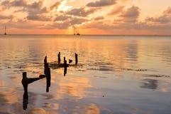 Puesta del sol en el mar del Caribe por la isla del calafate de Caye, Belice Imagenes de archivo