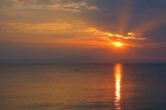 Puesta del sol en el mar en Grecia Fotografía de archivo