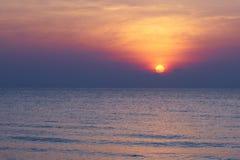 Puesta del sol en el mar en el frente de la playa con la reflexión imagen de archivo
