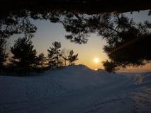Puesta del sol en el mar en el hielo El sol va abajo e ilumina el mar helado, escarchado y soleado, los detalles y el primer foto de archivo