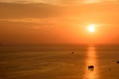 Puesta del sol en el mar, islas de Samae San imagenes de archivo