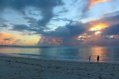 Puesta del sol en el mar, Long Island, Bahamas imagen de archivo