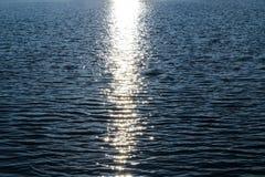 Puesta del sol en el mar los rayos del sol del sol de la tarde se reflejan y relucir en ondas del mar fotografía de archivo