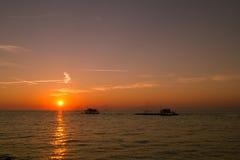 Puesta del sol en el mar Mediterráneo en Italia Fotos de archivo