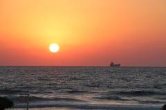 Puesta del sol en el mar Mediterráneo, un barco en el horizonte Fotos de archivo libres de regalías