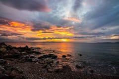puesta del sol en el mar, playa, hermosa vista, puestas del sol hermosas, igualando en la playa por el mar, fotografía de archivo