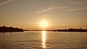 Puesta del sol en el mar que agita, visión desde el barco metrajes
