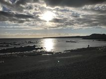 Puesta del sol en el mar tranquilo de la playa de Tenerife Fotos de archivo libres de regalías