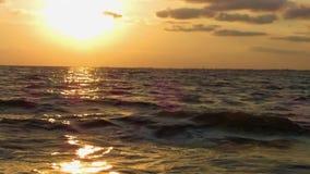 Puesta del sol en el mar, visión desde un barco móvil almacen de video