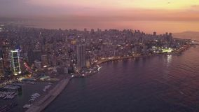 Puesta del sol en el mar Vuelo sobre puerto deportivo y centro de la ciudad de la bah?a de Beirut Zaytunay Tiro a?reo del abej?n  almacen de video