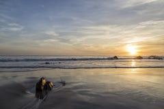 Puesta del sol en el EL Matador Beach, California Fotos de archivo
