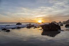 Puesta del sol en el EL Matador Beach, California Fotos de archivo libres de regalías