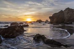 Puesta del sol en el EL Matador Beach, California Imagenes de archivo