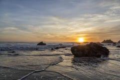 Puesta del sol en el EL Matador Beach, California Imágenes de archivo libres de regalías