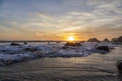 Puesta del sol en el EL Matador Beach, California Fotografía de archivo