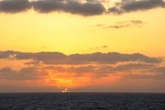 Puesta del sol en el medio del Océano Pacífico fotos de archivo libres de regalías