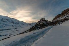 Puesta del sol en el monasterio dominante del tibetano del gompa en Himalaya Valle de Spiti, Himachal Pradesh, la India imagenes de archivo
